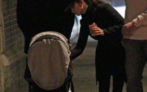 GALERIE FOTO. Penelope Cruz si Javier Bardem, la plimbare prin Londra cu copilul!
