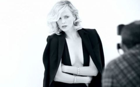 Charlize Theron, 36 de ani si un corp fabulos! Vezi o sedinta foto super sexy cu actrita: