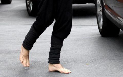 Poza care te face sa ridici din sprancene. Ce vedeta a plecat din hotel in picioarele goale: Vezi FOTO