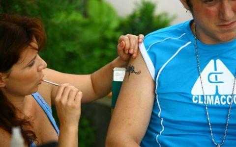 Din 1 martie, tara o arde pe comedie! Costi Dita s-a tatuat pentru serialul  Las Fierbinti  de la Pro Tv
