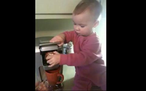 Un clip SUPER AMUZANT. Cum ii face un copil cafeaua mamei sale: