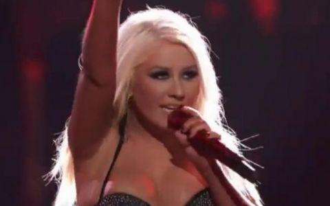 VIDEO. Christina Aguilera, SI MAI PROVOCATOARE, in ciuda celor care spun ca e grasa. Cum a aparut la  Vocea Americii :