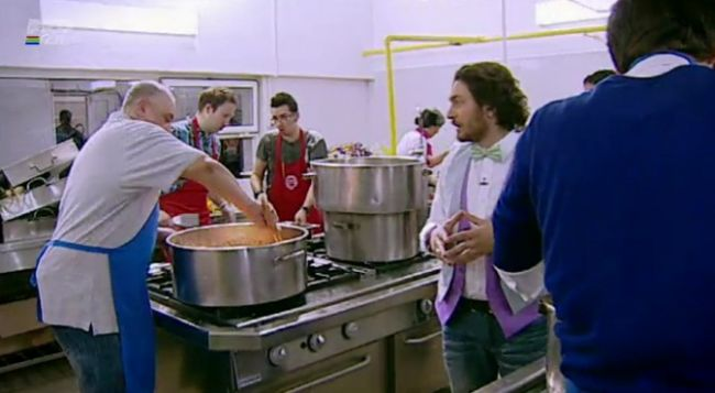 """Seful echipei rosii de la Masterchef: <span style=""""color:#f00;"""">&quot;Un Chef trebuie sa poata injura 5 minute fara sa se repete!&quot;</span> VIDEO"""