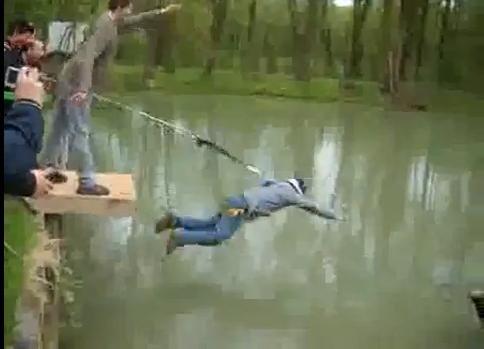 Super FUNNY! A facut bungee jumping si s-a trezit direct in lac! Uite ce farsa incredibila i-au facut prietenii unui barbat care urma sa se casatoreasca