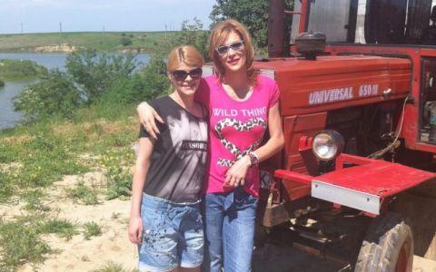 Roxana Ciuhulescu iese la plimbare cu tractorul