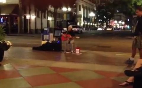 Vocea divina care te face sa te opresti pe strada. Un clip filmat cu telefonul face senzatie pe internet: 400.000 de oameni au ramas uimiti