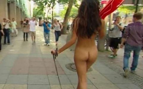 Sexy si obraznica. Micaela Schaefer loveste din nou: Se plimba complet dezbracata pe strada. Imagini HOT