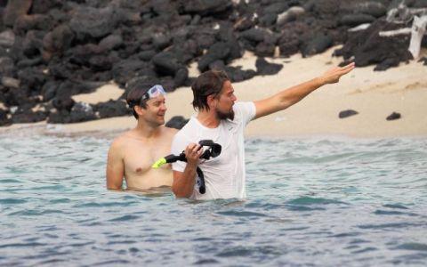 Leonardo di Caprio se distreaza in vacanta in Hawaii! Vezi in ce ipostaze l-au surprins fotografii