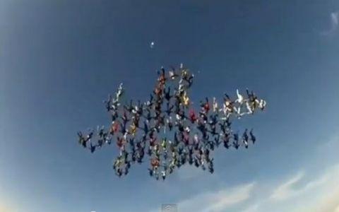Un nou record in parasutism! 138 de oameni au facut un fulg de nea pe cer Uite aici cum arata: