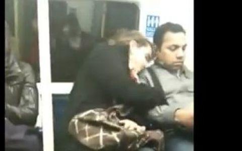 VIDEO AMUZANT. O femeie obosita se culca pe umarul vecinului din metrou. Vezi cum reactioneaza cand se trezeste: