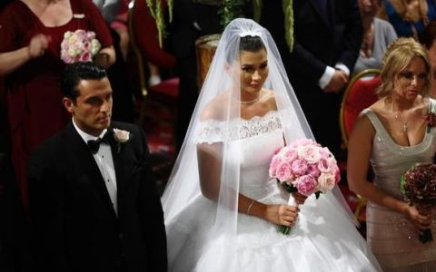 Elena de Cotroceni . Cum a aratat Elena Basescu in rochia de mireasa din acelasi material ca a ducesei de Cambridge. VIDEO
