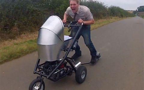 Asta e cel mai rapid carut din lume. Cea mai NEBUNA inventie pentru plimbatul copilului in parc cu 80km/h! VIDEO