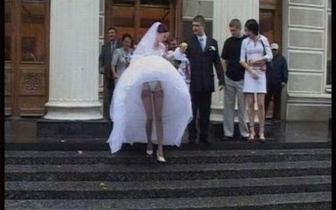 Pozele astea de la nunti sunt MULT prea sexy! Uite ce rochii au purtat miresele si in ce ipostaze au fost surprinse