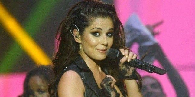Probabil, cel mai jenant moment din cariera ei muzicala. Cheryl Cole se prinde abia dupa 90 de secunde ca NU e playback: VIDEO
