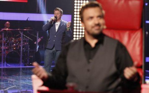 Sexy Pavel Bartos, concurent la  Vocea Romaniei . Prezentatorul s-a pregatit sa arate ca stie sa cante. Cate scaune crezi ca a intors?