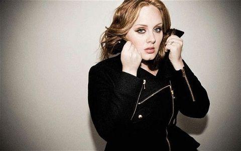 Primele imagini cu Adele ca proaspata mamica. Artista a iesit cu bebelusul la plimbare