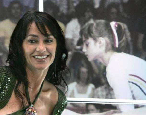 Nadia Comaneci, surprinsa de paparazzi la piscina, in costum de baie