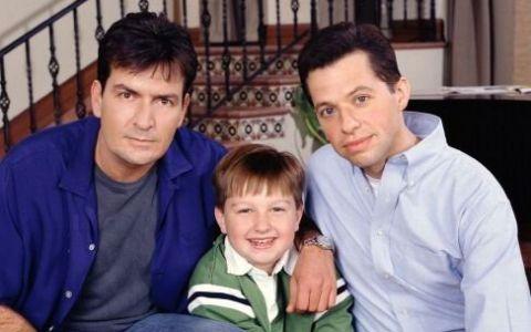 Charlie Sheen: Doi Barbati si Jumatate este un serial blestemat. Cum a reactionat actorul dupa ce serialul a fost numit o mizerie