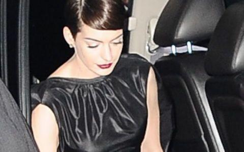 Au vazut tot . Frumoasa Anne Hathaway,  devastata  dupa ce paparazzi au surprins-o intr-o ipostaza jenanta la premiera noului ei film,  Les Miserables