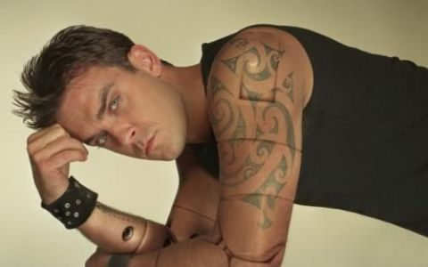 Robbie Williams, pe jumatate dezbracat, stand pe videochat cu straini. Un clip excentric