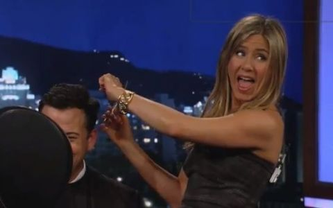 Talentul neasteptat al lui Jennifer Aniston. S-a jucat de-a frizerita in direct la TV: VIDEO