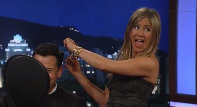 Talentul neasteptat al lui Jennifer Aniston. S-a jucat de-a frizerita in direct la TV: VIDEO