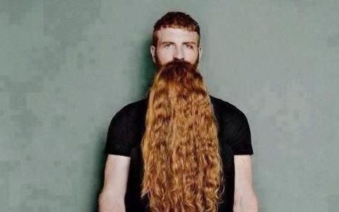 Crezi ca e un barbat cu barba roscata in fotografie? Uita-te mai bine: FOTO