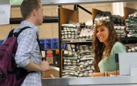 Cum sa agati o fata in doar 30 de secunde. Peste 7 milioane de oameni s-au convins ca functioneaza - VIDEO