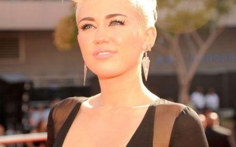 Miley Cyrus, o aparitie mai mult decat sexy in  Doi barbati si jumatate . Cum l-a facut cantareata pe Jake sa se indragosteasca de ea: