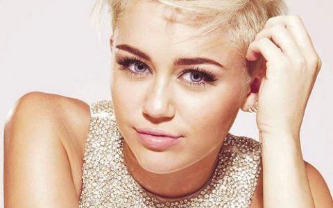 Miley Cyrus s-a pozat foarte sexy in vacanta in Costa Rica. Si-a uimit fanii cu abdomenul ei perfect
