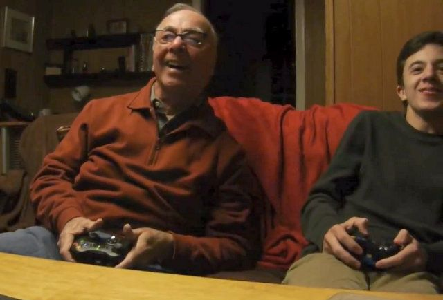 Un bunic simpatic de 84 de ani se joaca pentru prima data jocuri video. Clipul a devenit viral pe YouTube