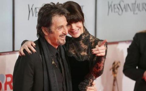 Paparazzilor nu le-a venit sa creada cand iubita lui Al Pacino s-a intors cu spatele. A purtat o rochie transparenta pe covorul rosu
