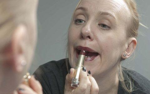 Experiment foto inedit: Cum se  urateste  chipul unei femei pe parcursul zilei