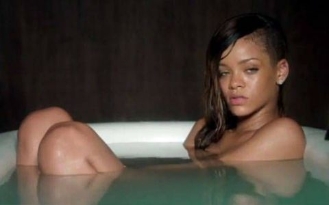 Rihanna, filmata complet goala intr-o cada cu apa! Noul videoclip al cantaretei face senzatie pe net: VIDEO