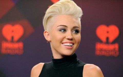 Miley Cyrus debordeaza de senzualitate. A fost tradata de propriul decolteu, la un eveniment monden