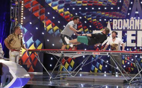 Smiley si Bartos, sarituri la trambulina in timpul show-ului  Romanii au talent