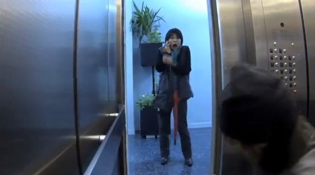 Tu ce ai face daca ai da peste o crima in desfasurare? Farsa din lift si reactiile oamenilor, surprinse de camera ascunsa