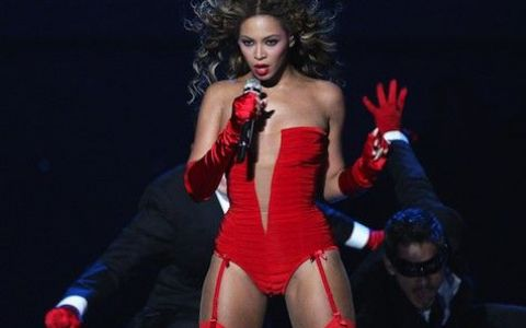 In videoclipuri, superbe. Pe scena, cu celulita si vergeturi. Nici macar Beyonce, Jennifer Lopez sau Shakira nu sunt perfecte. Vezi dovada