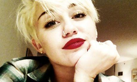 Miley Cyrus se desparte sau nu de logodnicul ei? Declaratia cantaretei dupa ce a fost fotografiata de paparazzi fara inel