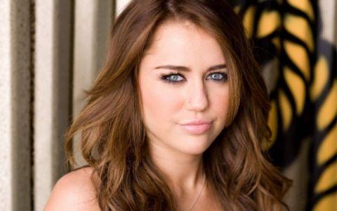 Miley Cyrus si operatiile sale estetice. Cum arata vedeta cand avea nasul borcanat si dintii strambi