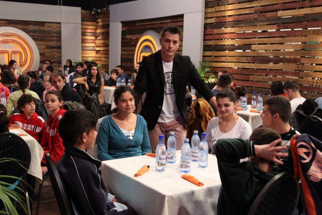 """Razvan Fodor, un adevarat crai. Le-a fascinat pe pustoaicele invitate la """"MasterChef"""". Ce au vazut copiii pe platourile de filmare de la Buftea: VIDEO"""