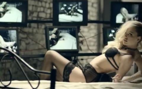 Alexandra Stan are o noua piesa. Cantareata se dezbraca de haine si de inhibitii in noul ei videoclip