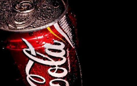 Pentru prima data in istorie, Coca-Cola schimba culoarea cutiilor rosii. FOTO