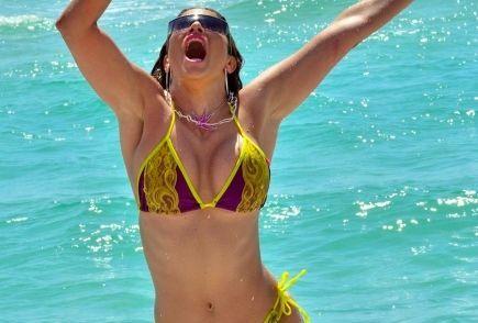 Cea mai sexy fanatica a fitness-ului a ramas fara slip pe plaja. S-a vazut aproape tot: FOTO