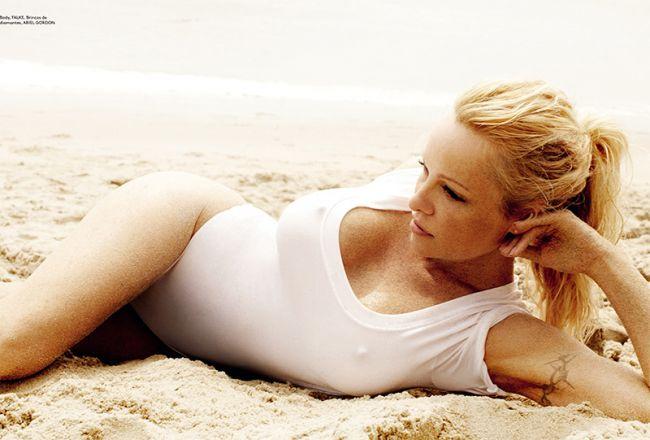 Pamela Anderson, fierbinte pe plaja. Isi arata fara retinere nurii, intr-un pictorial mai tare ca orice fantezie