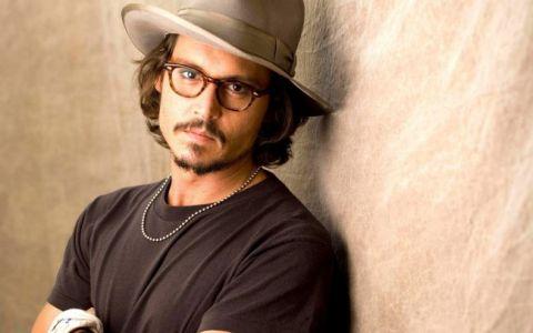 Johnny Depp a dezvaluit motivul pentru care nu apare niciodata fara ochelari:  Sunt aproape orb