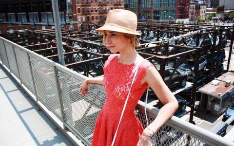 Dana Rogoz, intr-o rochie din dantela transparenta prin New York. Tinuta care a atras blitzurile fotografilor americani