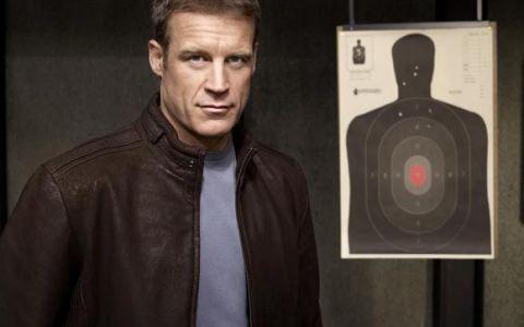 Actorul Mark Valley din serialul  Tinta umana , premiat pentru cariera militara