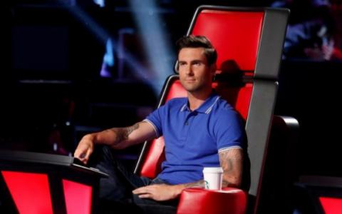 Adam Levine, solistul trupei Maroon 5, s-a logodit. Cine este si cum arata iubita cantaretului