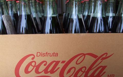 Americanii renunta pe rand la Coca Cola din sticla de plastic. Cu ce au inlocuit-o:  Este mai buna si mai dulce asa